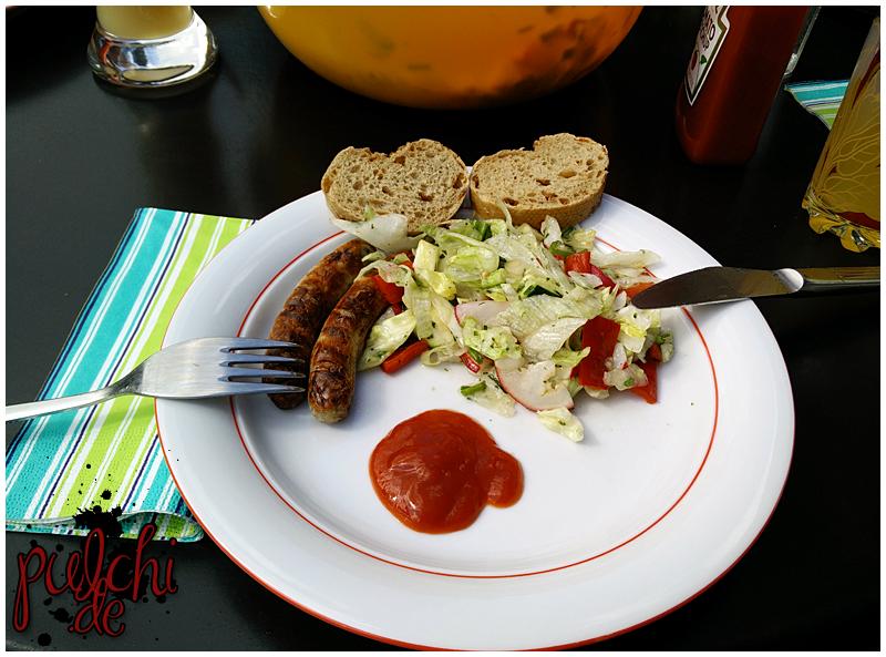 Grillwürstchen, Salat und Zwiebelbaguette