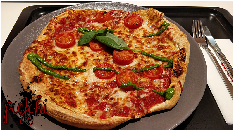 Pizza Margherita mit Basilikum und Pesto