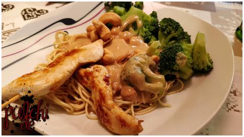 Saté-Spieße mit Nudeln, Brokkoli, Cashewnüssen und Erdnusssauce