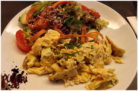 Gemüsemaultaschen in Rührei mit Salat
