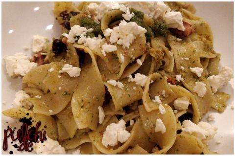 Bandnudeln mit Petersilienpesto, Walnüssen und Tomaten